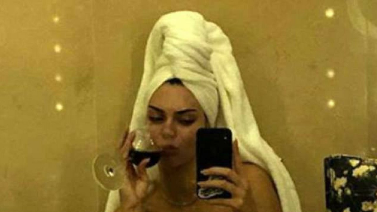Kendall Jenner appeared naked to Instagram Stories, as she enjoyed some wine in her hotel bathroom.